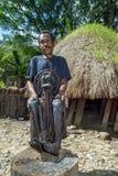 Oude mens voor een traditioneel huis die met een brij van een dorps oudere Brij pronken Royalty-vrije Stock Fotografie