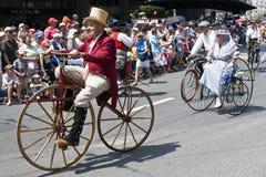 Oude mensen die époque fietsen berijden Stock Fotografie