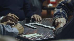 Oude mensen die domino's spelen stock videobeelden