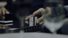 Oude mensen die domino's spelen stock video