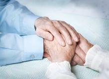 Oude mensen die handenclose-up houden Bejaard paar Stock Afbeelding