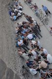 Oude mensen die mahjong in de straat spelen stock afbeeldingen