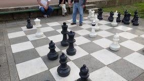 Oude mensen die reuzeschaak spelen royalty-vrije stock fotografie