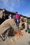 Oude mensen die schaak in een park in de Lente spelen Stock Fotografie