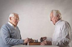 Oude mensen die schaak spelen Royalty-vrije Stock Foto's