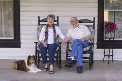 Oude Mensen op de Portiek Stock Afbeeldingen