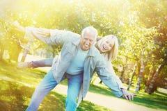 Oude mensen over parkachtergrond Royalty-vrije Stock Afbeeldingen
