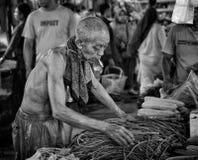 Oude Mensen Verkopende Groenten in Openbare Markt royalty-vrije stock afbeelding