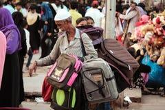Oude Mensen Verkopende Rugzak bij Charminar-Straat met menigte Stock Fotografie