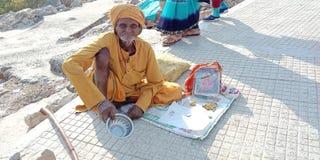 Oude mensenbedelaar op straat India stock afbeeldingen