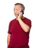 Oude mensenbespreking aan cellphone royalty-vrije stock fotografie