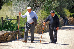 Oude mensengangen met een stok, Portugal Stock Afbeelding