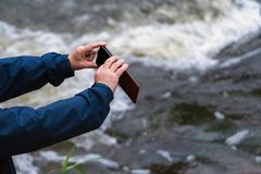Oude mensenhanden die een telefoon houden Hogere mens met smartphone takin royalty-vrije stock foto's