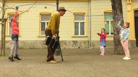Oude mensenkabel die met drie meisjes overslaan stock videobeelden