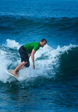 Oude mensensurfer die grote nevel werpen Royalty-vrije Stock Foto's