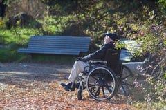 Oude mensenzitting in rolstoel royalty-vrije stock afbeelding