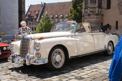 Oude Mercedes Benz-cabriolet - zijmening Stock Fotografie