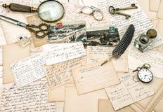 Oude met de hand geschreven Franse brieven en prentbriefkaaren, uitstekende bureauacc stock afbeeldingen