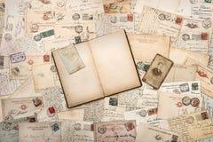 Oude met de hand geschreven prentbriefkaaren en open leeg boek stock afbeeldingen
