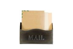 Oude Metaalbrievenbus die met Enveloppen op Wit wordt gevuld stock afbeeldingen