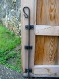 Oude metaalklink op een houten deur stock afbeeldingen