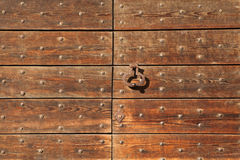 Oude metaalklopper op de houten poort vast met klinknagels stock fotografie