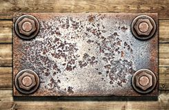 Oude metaalplaat op houten muur stock fotografie