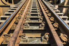 Oude metaalspoorweg op de brug van de staaltrein Royalty-vrije Stock Foto's