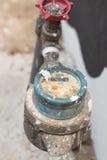 Oude meter water en metaalpijpen, formaat Thailand Stock Foto's