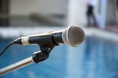 Oude microfoon met vage achtergrond Stock Afbeelding