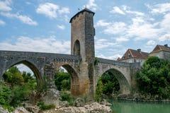 Oude middeleeuwse brug in historische Franse stad Orthez Stock Afbeelding