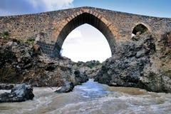 Oude middeleeuwse brug van de leeftijd van Norman in Sicilië Stock Foto's