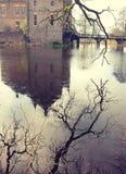 Oude middeleeuwse die steenvesting door waterkanaal refl wordt omringd Stock Fotografie