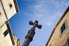 Oude middeleeuwse Jesus op dwarsstandbeeld in het historische dorp in Valldemosa op het eiland Majorca Stock Afbeelding