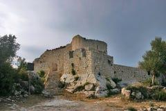 Oude middeleeuwse kasteelruïnes Stock Afbeeldingen