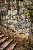 Oude middeleeuwse muur met tredestappen Stock Foto's