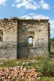 Oude Middeleeuwse Oostelijke Orthodoxe kerk van Saint John van Rila bij de bodem van Zhrebchevo-Reservoir, Bulgarije royalty-vrije stock fotografie