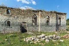 Oude Middeleeuwse Oostelijke Orthodoxe kerk van Saint John van Rila bij de bodem van Zhrebchevo-Reservoir, Bulgarije stock foto