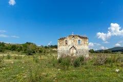Oude Middeleeuwse Oostelijke Orthodoxe kerk van Saint John van Rila bij de bodem van Zhrebchevo-Reservoir, Bulgarije royalty-vrije stock foto's