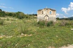 Oude Middeleeuwse Oostelijke Orthodoxe kerk van Saint John van Rila bij de bodem van Zhrebchevo-Reservoir, Bulgarije royalty-vrije stock foto