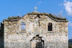 Oude Middeleeuwse Oostelijke Orthodoxe kerk van Saint John van Rila bij de bodem van Zhrebchevo-Reservoir, Bulgarije stock foto's