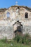 Oude Middeleeuwse Oostelijke Orthodoxe kerk van Saint John van Rila bij de bodem van Zhrebchevo-Reservoir, Bulgarije stock afbeeldingen