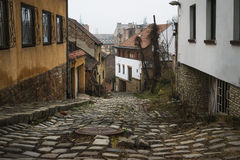 Oude middeleeuwse smalle steen bedekte straat in Buda-district van Boedapest royalty-vrije stock foto's