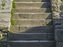 Oude middeleeuwse steenstappen dichtbij de kerk royalty-vrije stock foto