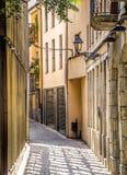 Oude middeleeuwse straat in Girona Stock Afbeeldingen