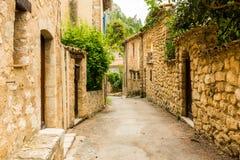 Oude middeleeuwse straat met oude huizen van charmant dorp Moustier stock afbeelding