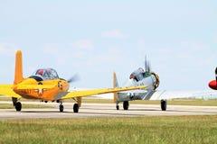 Oude militaire vliegtuigen op baan stock afbeeldingen