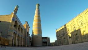 Oude minaret op de straat van de oude stad oezbekistan Khiva stock footage