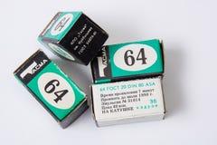 Oude 35mm typen 135 fotofilm boxe, zwart-witte film, inschrijvingen in Rus Geproduceerd in de USSR in de jaren '80 Stock Afbeelding