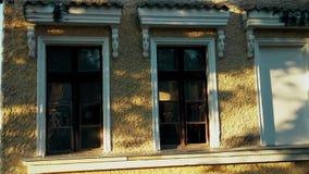 Oude modieuze houten vensters van de 19de eeuw stock video